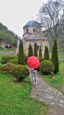 Devojka sa crvenim kišobranom