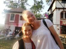 Majka i cerka ispred Kule Milica od Macve
